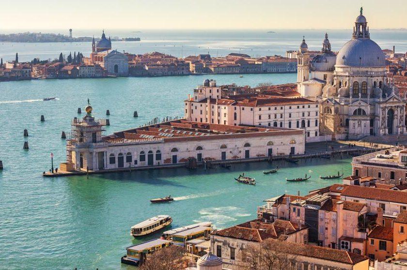 ¿Por qué visitar Venecia? Para nosotros Venecia es un destino mágico y se nos ocurren cientos de razones para visitarla. Si tuviéramos que dar sólo una, sería que es una ciudad única en el mundo y completamente diferente al resto, un lugar con un espíritu único que hace que todo el mundo se enamore de ella.